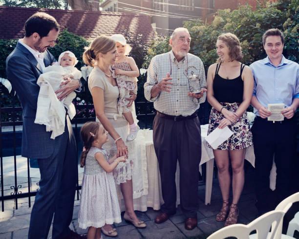 im freien baby taufe mit familie und zelebrant. - taufe fotos stock-fotos und bilder