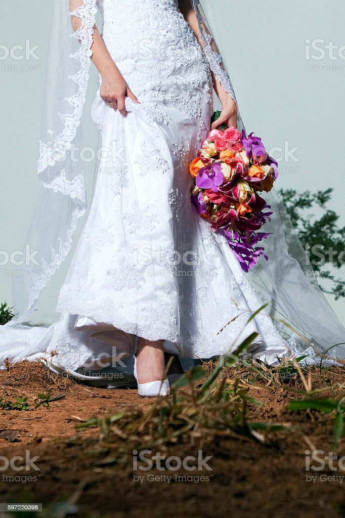 Outdoors Detail of Bride Dress Bouquet and Shoes in Nature foto royalty-free