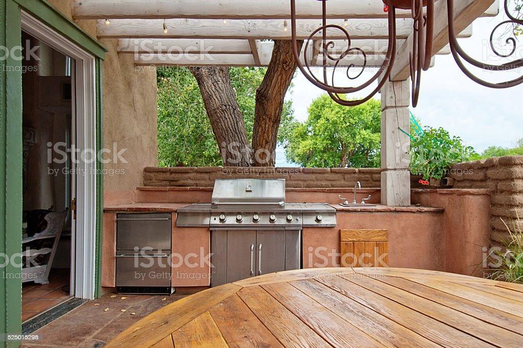 Outdoorküche Arbeitsplatte Xxl : Im freien küche mit integrierten gasgrill auf einer terrasse stock