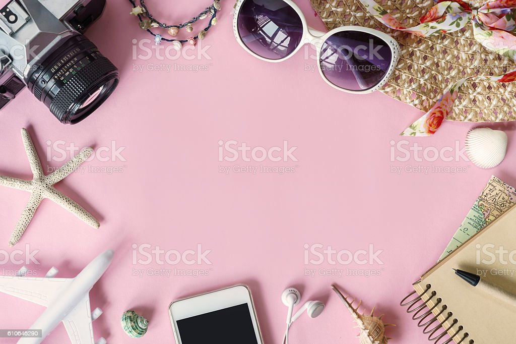 Outfit of traveler on pink background with copy space – Foto