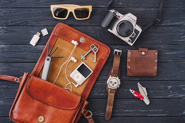 outfit von reisenden, studenten teenager, jungen mann oder frau - leder portemonnaie herren stock-fotos und bilder