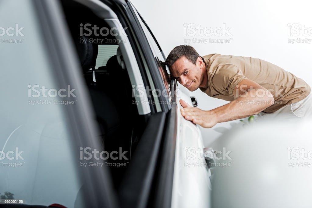 Homme sortant touchant l'automobile dans l'appartement - Photo