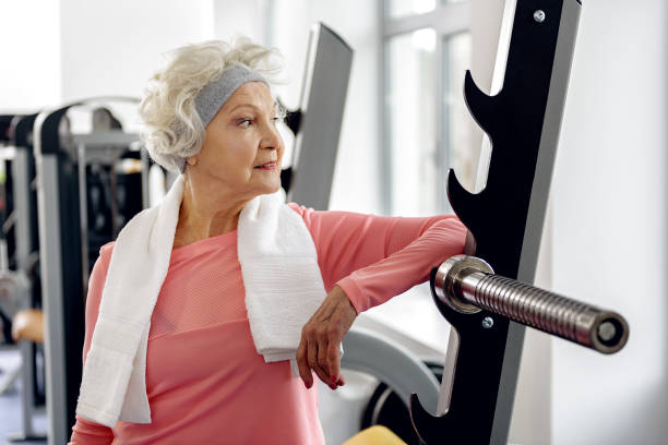 Outgoing retiree training in gym - foto de stock
