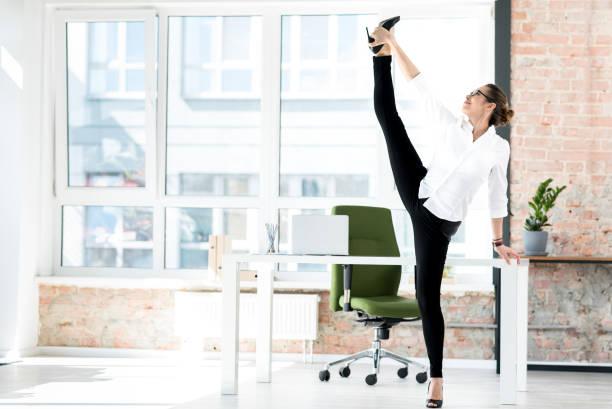 Ausgehende Frau stretching Beine am job – Foto