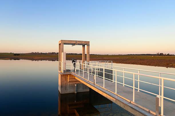 torre de saída - fotos de barragem portugal imagens e fotografias de stock
