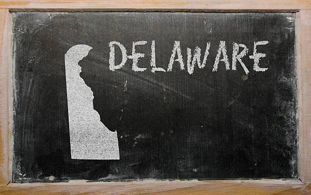 kontur karte von uns bundesstaat delaware auf tafel - karten de stock-fotos und bilder