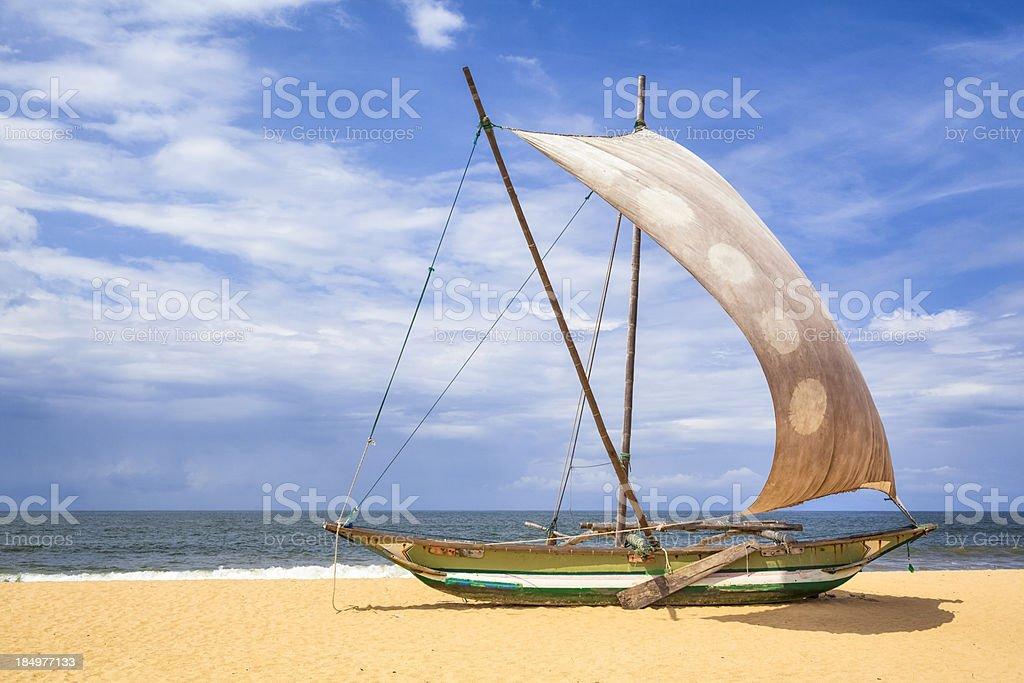 Outrigger Prahu ou Proa na praia no Sri Lanka - foto de acervo