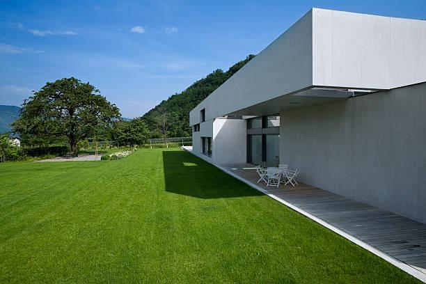 moderne haus - zement terrasse stock-fotos und bilder