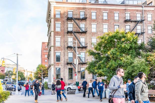 utanför utomhus i nyc new york city brooklyn bridge park med många folksamling walking av tegel brun bygger på furman street - walking home sunset street bildbanksfoton och bilder
