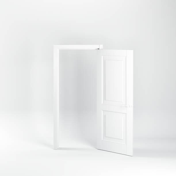 Herausragend geöffnete weiße Tür auf weißem Hintergrund. Alles weiße Minimalkonzept. – Foto