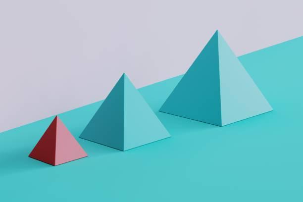 Laufragende rosa Quadratpyramide und blaue Pyramiden auf blauem und violettem Hintergrund. Minimale Konzeptvorstellung – Foto