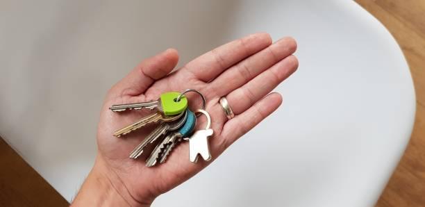 ausgestreckte hand-/handhaltetasten - immobilienangebote stock-fotos und bilder
