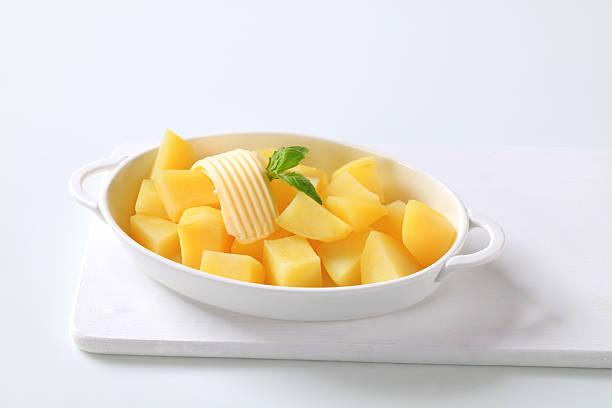 ovale schüssel mit gekochten kartoffeln - salzkartoffel stock-fotos und bilder