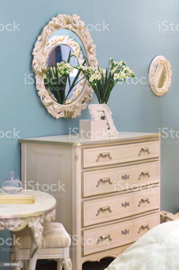 Ovaler Spiegel Im Schönen Retrostil Kommode In Mädchen Schlafzimmer ...