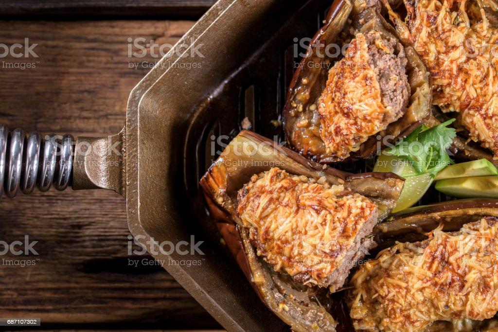 Ofen gebackenes Rindfleisch gefüllte Auberginen in einer gusseisernen Pfanne Lizenzfreies stock-foto