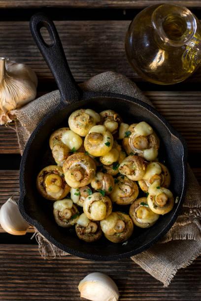 ofen gebackene champignons mit knoblauch und käse - gebackene champignons stock-fotos und bilder