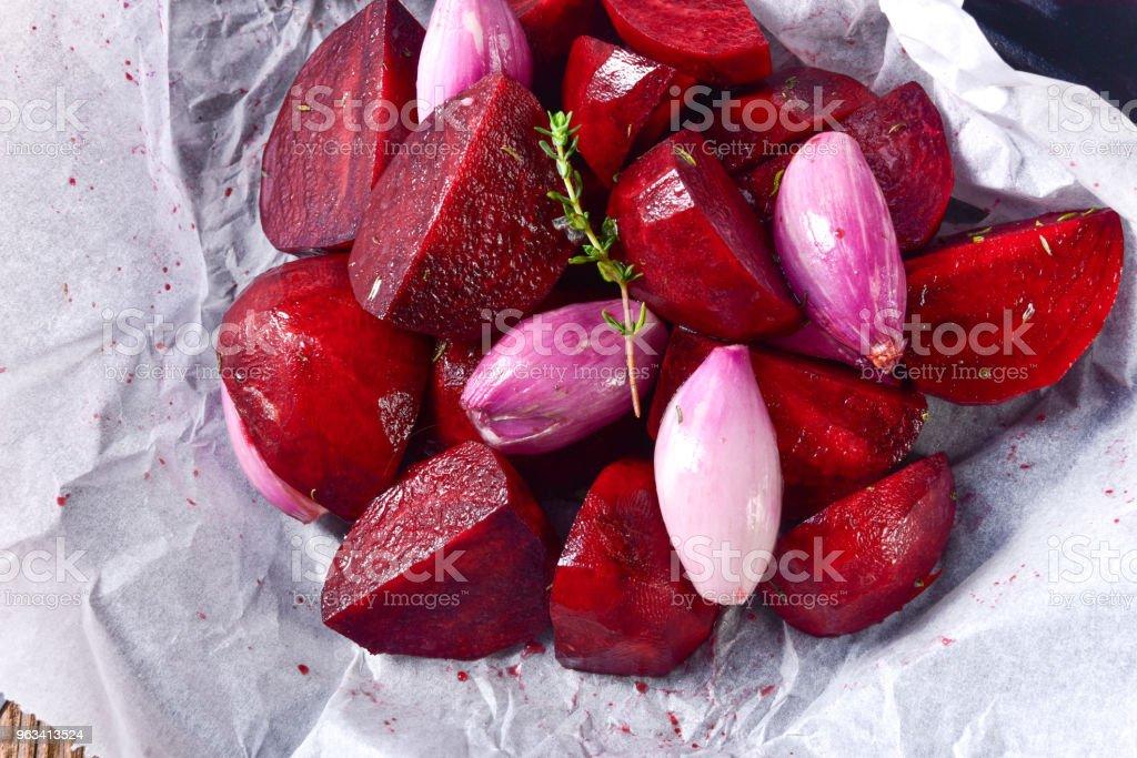 pieczone czerwone buraki w piekarniku - Zbiór zdjęć royalty-free (Biały)