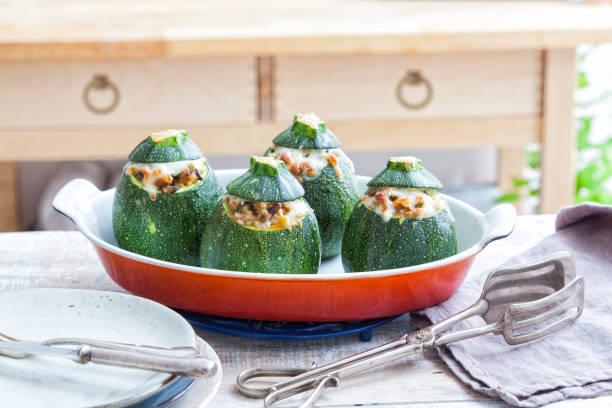 ofen gebackene runde zucchini - gefüllte zucchini vegetarisch stock-fotos und bilder