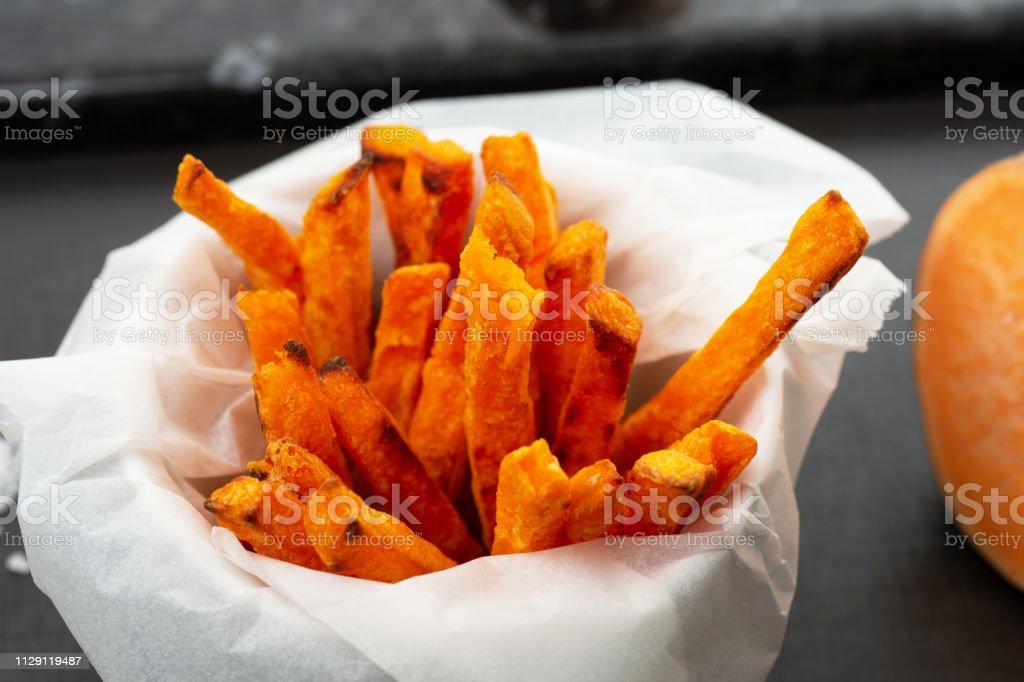 Ugnsbakad sötpotatis frites bildbanksfoto
