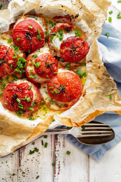 ofen gebacken tomaten gefüllt mit spinat, mozzarella und frischem schnittlauch - ofengemüse mit feta stock-fotos und bilder