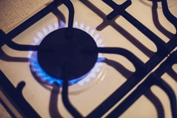ofen mit flammen natural gas - pfannen test stock-fotos und bilder