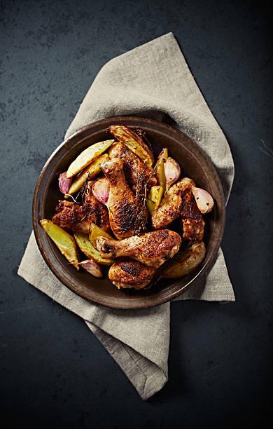 oven-roasted chicken with potatoes, garlic and thyme - knoblauchkartoffeln stock-fotos und bilder
