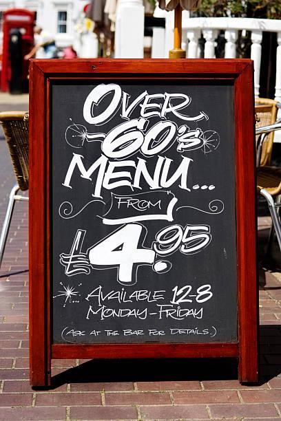 über 60er menü-tafel vor einem pub - sprüche zeit stock-fotos und bilder