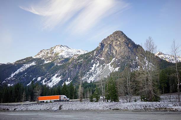 over the road otr tuck passes snoqualmi pass summit i90 - snoqualmie foto e immagini stock