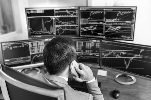 Über die Schulter auf Computer-Bildschirmen und Börsenmakler Online-Handel. – Foto