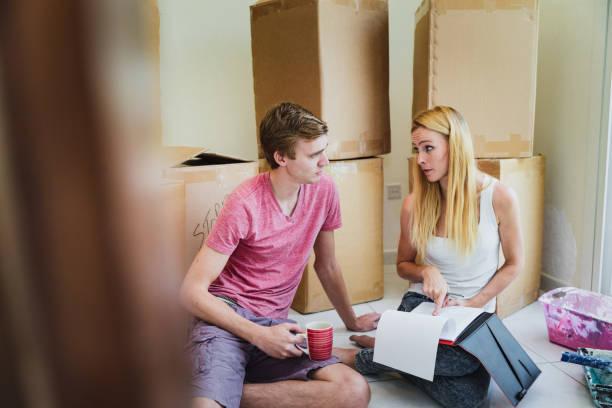 in der draufsicht von mann und frau hypothek eine pause und überprüfung der dokumente. - frisch verheirateten beratung stock-fotos und bilder