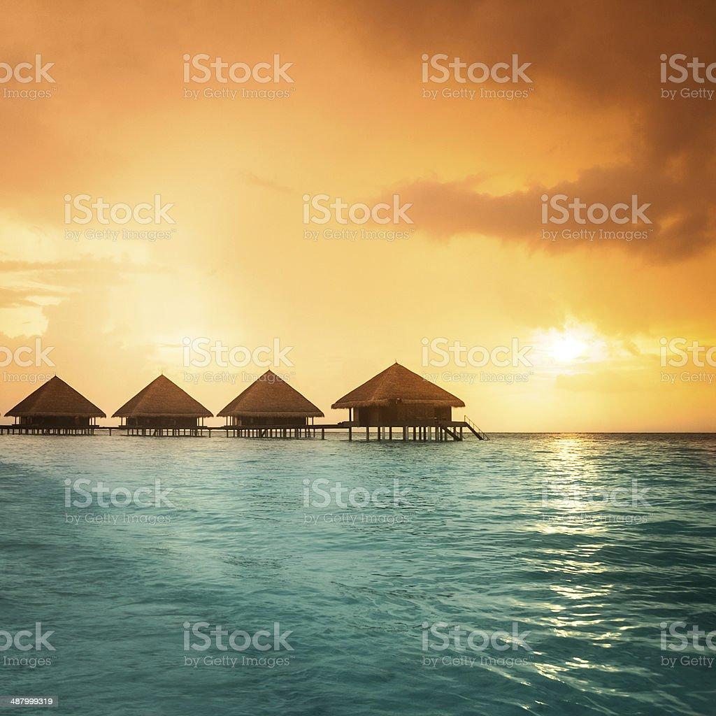 bungalows sobre el agua con pasos en Laguna verde increíble - foto de stock