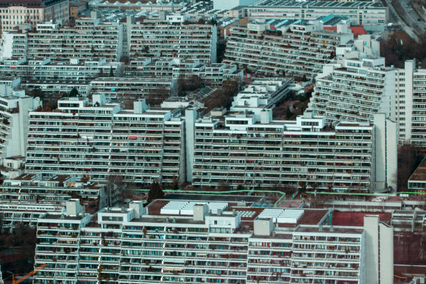 überfüllt, leben in der stadt - demographie deutschland stock-fotos und bilder