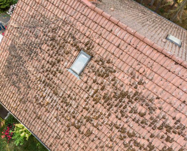 überflug des daches eines einfamilienhauses, den zustand der dachziegel, luftbild überprüfen - aerial view soil germany stock-fotos und bilder