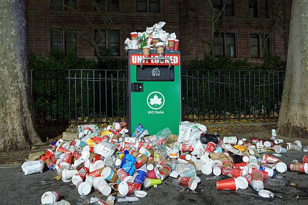 Überquellen Müllbehälter – Foto