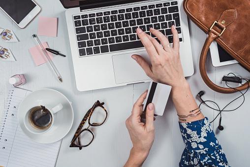 Overhead Business Angles Woman At Office Desk - Fotografie stock e altre immagini di Accessorio personale