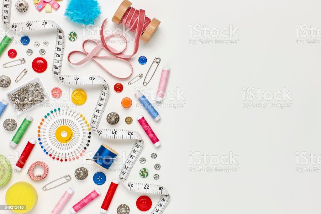Sobrecarga plana leigos de itens de costura colorida sobre fundo branco - foto de acervo