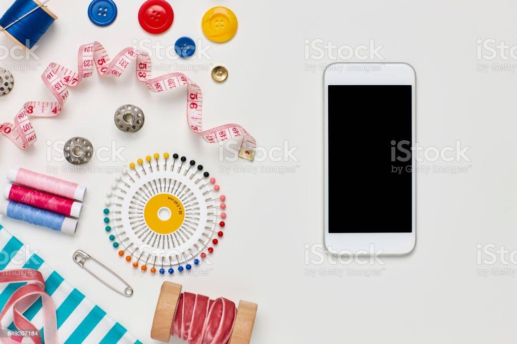 Sobrecarga plana lay de telefone inteligente por vários itens de costura - foto de acervo