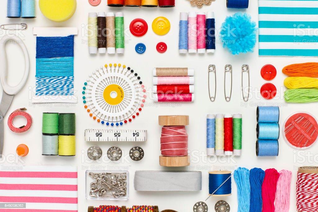Sobrecarga plana leigos de diversos itens de costura no fundo branco - foto de acervo