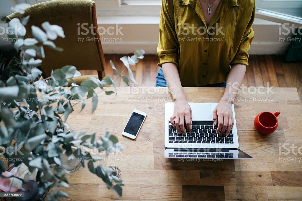 Por encima de la imagen de una mujer blogger escribiendo en computadora portátil - foto de stock