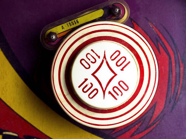 overhead of 100-point bumper on retro pinball machine - pinball spielen stock-fotos und bilder