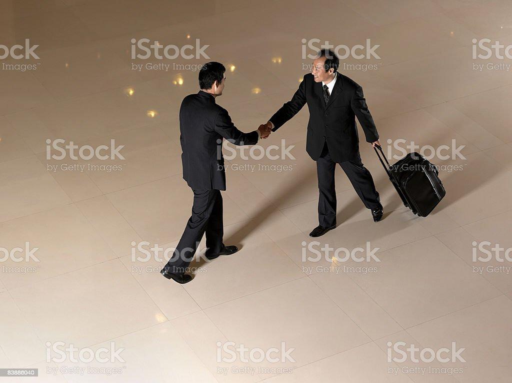 オーバヘッドのビジネスマンに手を振る。 ロイヤリティフリーストックフォト