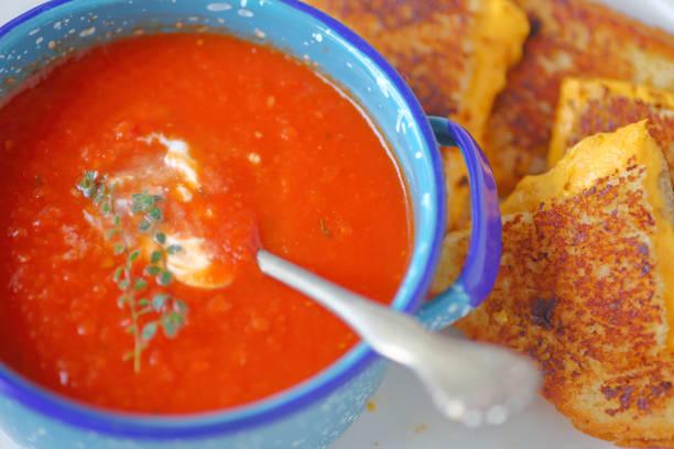 aufwand für die tomatensuppe und sandwich - hausgemachte tomatensuppen stock-fotos und bilder