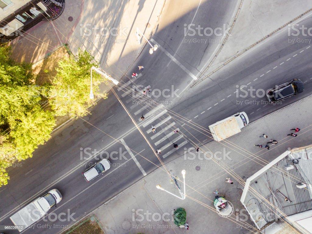 frais généraux personnes traversant la rue sur le passage pour piétons - Photo