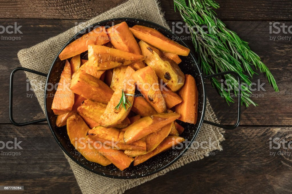 Overhead photo of roasted sweet potatoes in pan - fotografia de stock