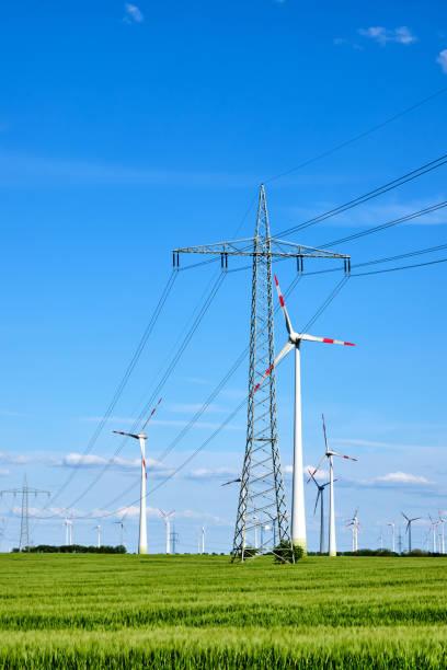 Freileitungen und Windenergiegeneratoren – Foto