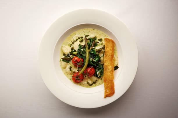 vegatble 크림 수프의 음식 그릇의 오버 헤드 샷 - 누벨퀴진 뉴스 사진 이미지