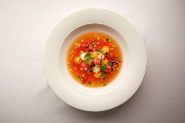 야채 스프의 음식 그릇의 오버 헤드 샷 - 누벨퀴진 뉴스 사진 이미지