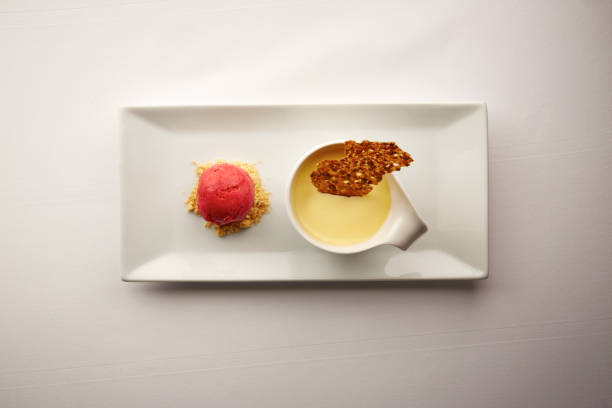 크림 brulee의 미식가 접시의 오버 헤드 샷 - 누벨퀴진 뉴스 사진 이미지