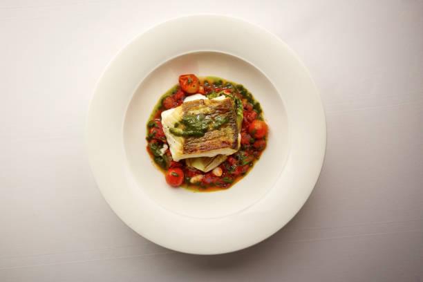 야채에 생선의 미식가 접시의 오버 헤드 샷 - 누벨퀴진 뉴스 사진 이미지