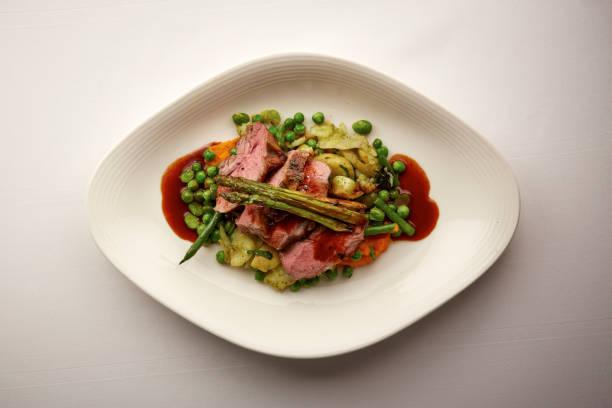 얇게 썬된 쇠고기의 미식가 접시의 오버 헤드 샷 - 누벨퀴진 뉴스 사진 이미지